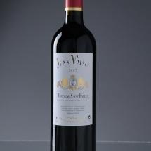 Packshot produit d'une bouteille de vin sur fond gris dégradé. Photo destiné aux site e-commerce et à la communication des entreprises