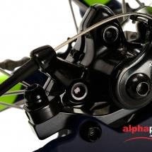 Packshot produit d'un vélo tout terrain photographié en studio sur fond blanc pour du packshot publicitaire. Détail du système de freinage arrière.