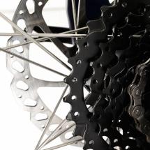 Packshot produit d'un vélo tout terrain photographié en studio sur fond blanc pour du packshot publicitaire. Détail des pignons
