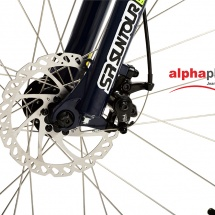 Packshot produit d'un vélo tout terrain photographié en studio sur fond blanc pour du packshot publicitaire. Gros plan sur le frein à disque avant
